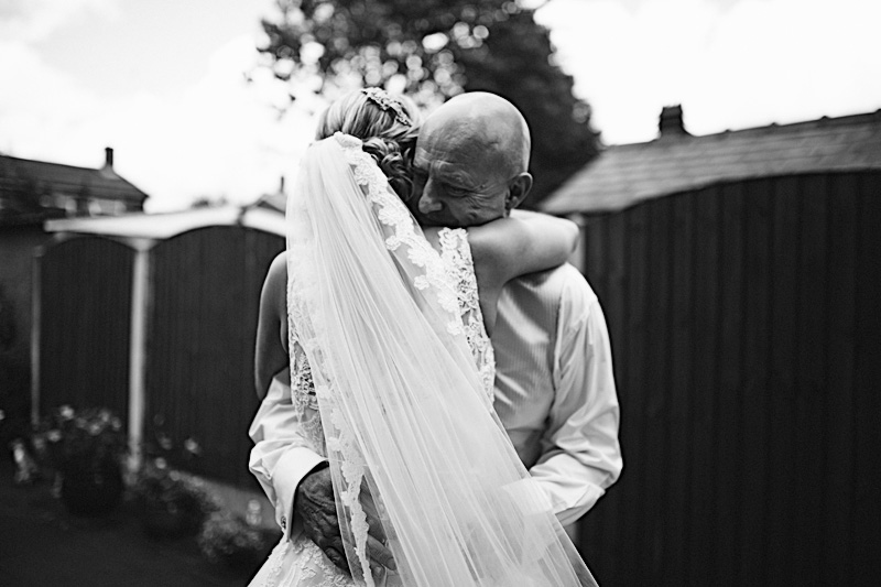 relaxed and unobtrusive wedding photography